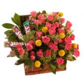 Βαλιτσάκι με τριαντάφυλλα και γλυκά