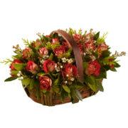 Καλάθι με κόκκινα τριαντάφυλλα