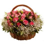 Καλάθι με ροζ τριαντάφυλλα