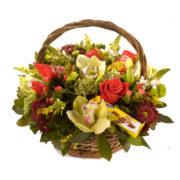 Καλάθι με λουλούδια και σοκολάτες