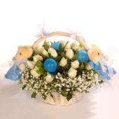 Καλάθι με λευκά τριαντάφυλλα