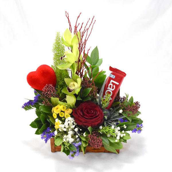 Βαλιτσάκι με λουλούδια και σοκολάτα