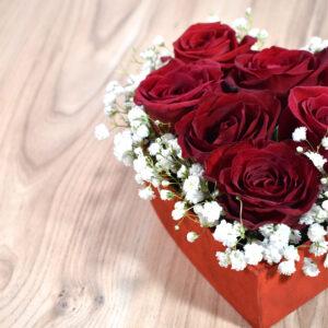Καρδιά με κόκκινα τριαντάφυλλα